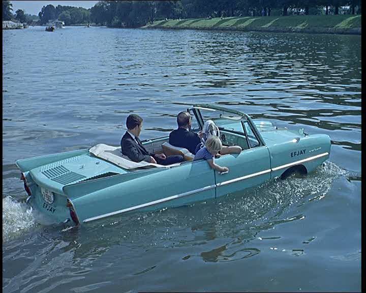 An amphibious car goes for a drive in the Thames 1963 british pathe ingiltere arsiv nolmus 22
