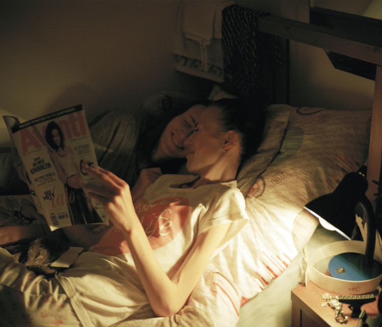 One night, Kaia (19) and Karolina (18) sneek into the same bed and read magazines. In the morning, Karolina goes to her own bed before the nurses notice.