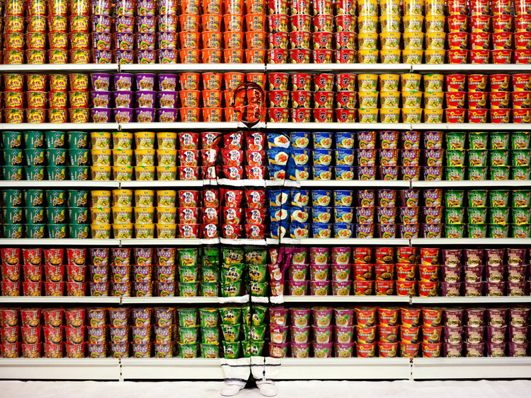 galerieparisbeijing Liu Bolin invisible man gorunmez adam hiding in the city 18