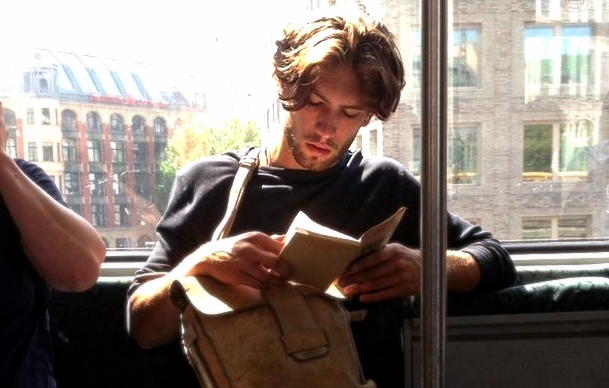 hot dudes reading yakisikli cocuklar okuyor metro instagram nolmus