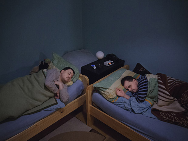 Due to his artificial leg Jörg can´t properly use his own flat at their parents´ anymore and sleeps together with Rolf in his dormitory. They turned down the suggestion to share one big bed as they were convinced the other would kick them at night.